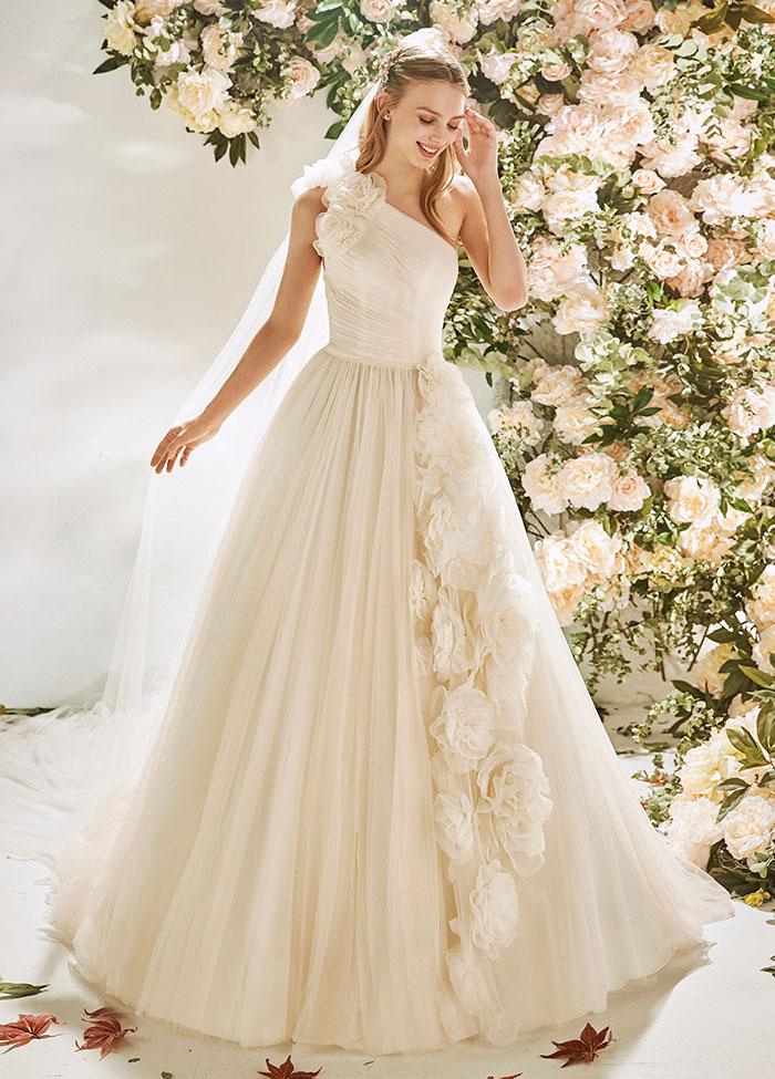 Brautkleid mit Blüten