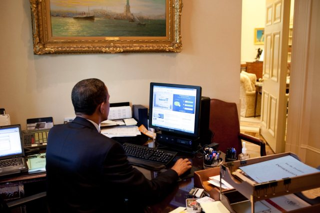 Obama_testing_the_Federal_Government_IT_Dashboard using FusionCharts