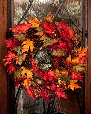 Decoratiune de toamna din frunze si conuri de brad