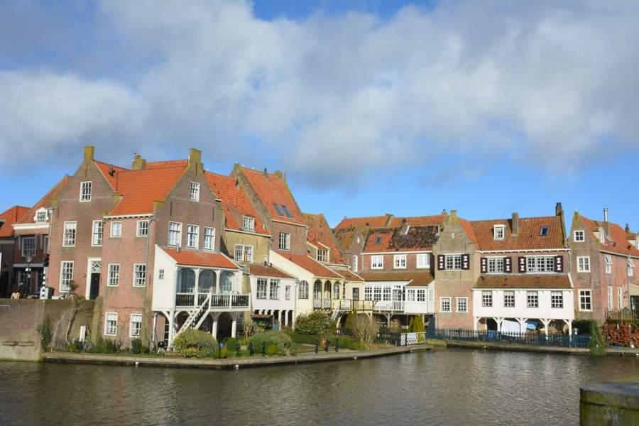 Uitzicht op historische huizen in Enkhuizen