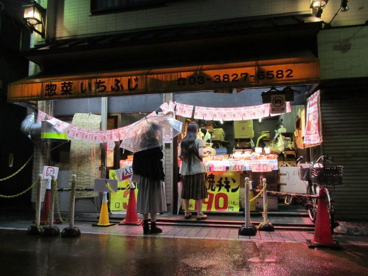 Aquí puedes comprar brochetas yakitori y tempura a muy buen precio.