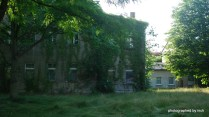 4 Klassenzimmer, Direktoren und Lehrerzimmer, im Anbau rechts noch 4 weiter Klassenzimmer. Der Apellplatz neben dem Hauptgebäude längst zugewuchert