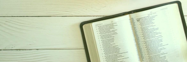 Uma bíblia na mesa para leitura do plano