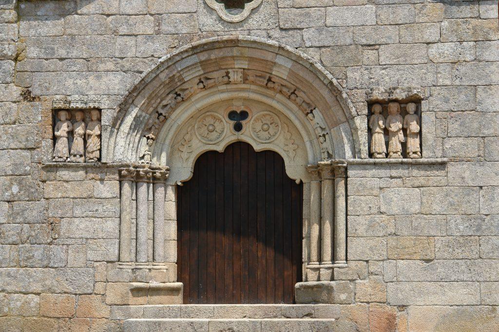 Pormenor da porta da Igreja de São João Baptista, em Sernancelhe, com a representação de Santiago e dos cinco apóstolos. É ponto de paragem do Caminho de Santiago.