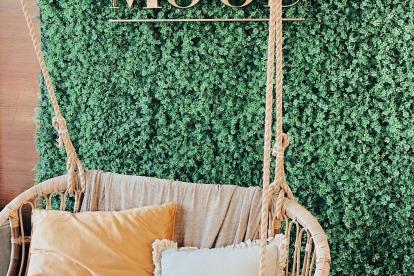 Baloiço e jardim vertical no salão de cabeleireiro Hair Mood by Sofia Macedo, em Famalicão