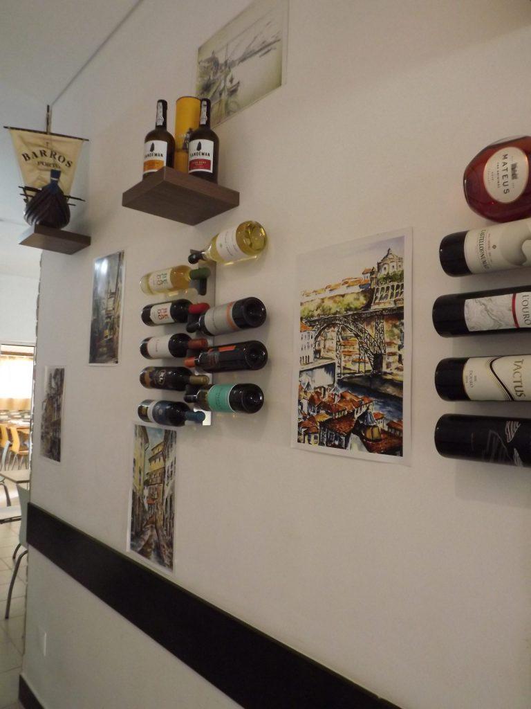 Garrafeira na parede do restaurante O Tosco em Braga