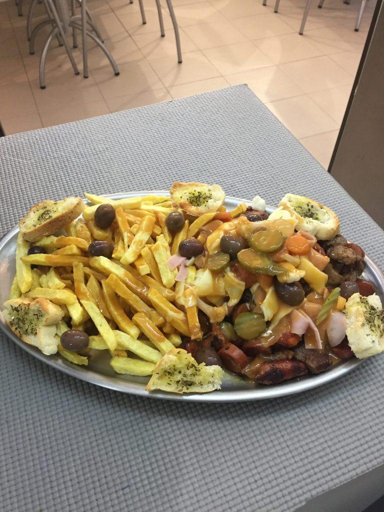 Prato de comida carne pica-pau com batata frita e picles do restaurante O Tosco em Braga