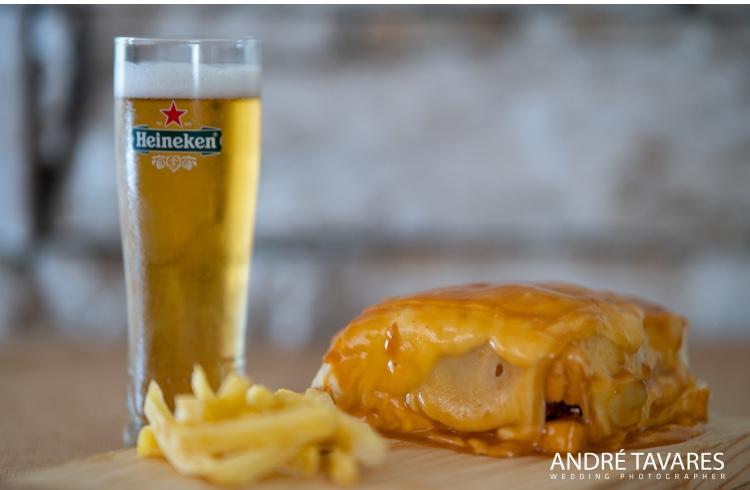 Prato de comida francesinha com batatas fritas e copo de cerveja fino do restaurante O Tosco em Braga. Foto-André Tavares Wedding Photographer
