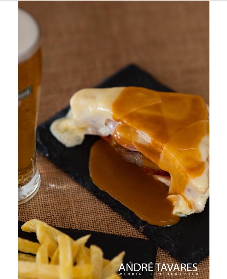 Prato de comida meia francesinha com batatas fritas do restaurante O Tosco em Braga. Foto-André Tavares Wedding Photographer