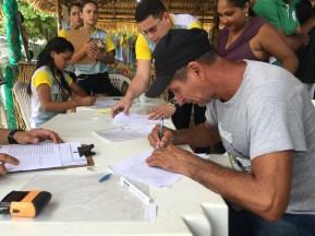 Cristóvão Sena, presidente da associação da comunidade Fátima, assina CCU