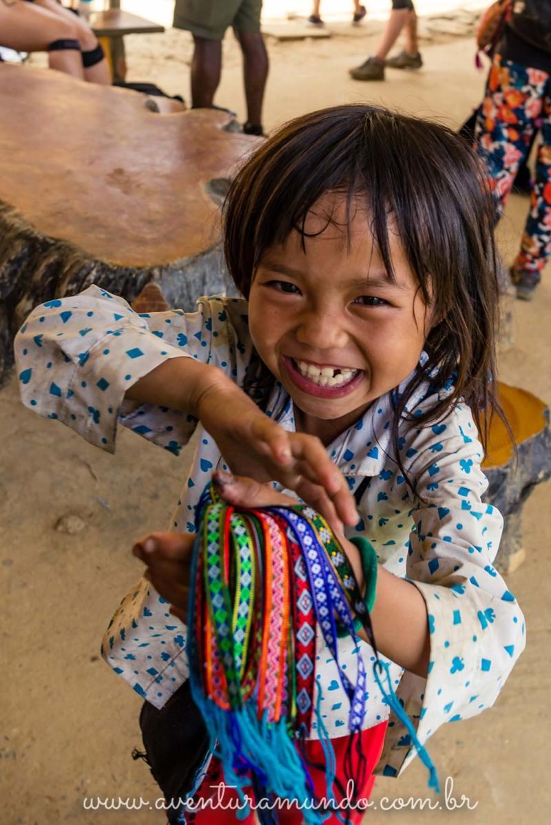 Crianças oferecendo suas pulseiras e artesanatos