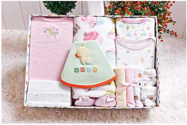 Những món quà trong hộp cho trẻ sơ sinh