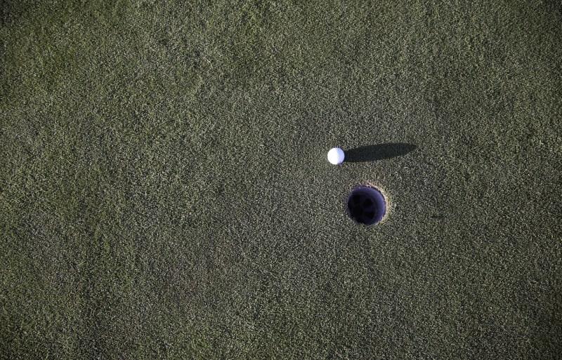 Golf ball putting green