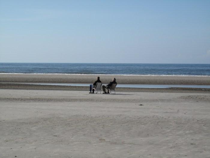 Strandbesucher mit Stuhl