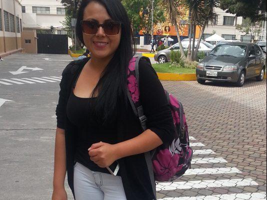 Liz Álvarez llegando a sus clases.