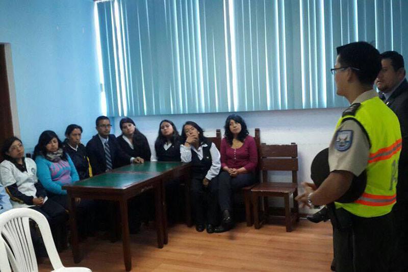 El Policía Stalyn De La Cruz, informando a los ciudadanos del sector de La Delicia sobre el incremento de inseguridad.