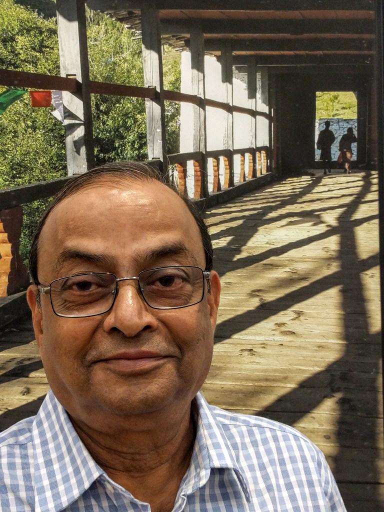 Shri. Ramkrishna Telang at Milind Sathe's photography exhibition at Nehru Centre Mumbai (2016)