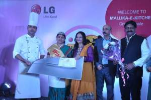 LG Mallika-E-Kitchen 2014 winner Mrs. Rita Mathur from Bhopal with Mr. Sanjay Chitkara, Head Corporate Marketing, LG India along with Celebrity Chef Nita Mehta