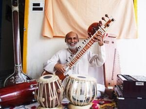 Pradeep spielt verschiedene Instrumente