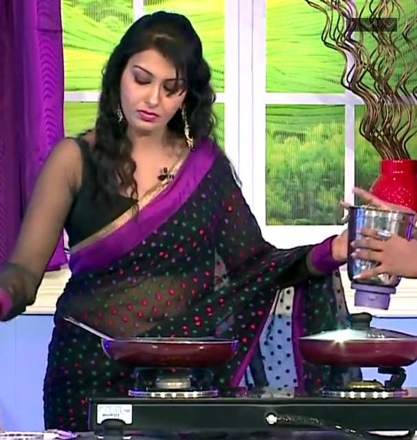 Vandhana Tamil TV Actress navel show in transparent sari