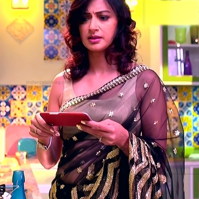 Gauri Pradhan Hindi TV actress TuAS14 Hot sleeveless sari pics