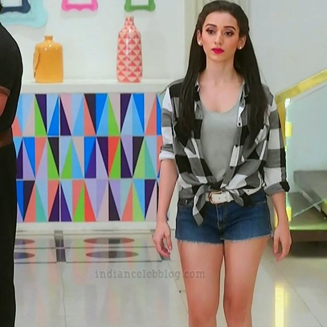 Heli daruwala hindi tv actress Naagin 3S1 3 shorts hot pics