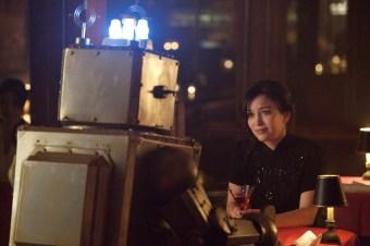 Liz, la hermana de Josh en una de sus citas, esta vez con el típico robot