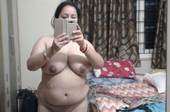 Horny Desi Bhabhi Nude Selfies Posing Big Tits