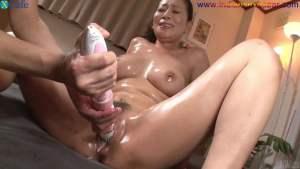 चूत में पेजकस और औजार गुसेड़ते हुए नंगे फोटो Full HD Nude Porn Images Masturbates with sex toys Japanese hottie with oiled body Rei Kitajima gets her holes toyed Full HD Porn (12)