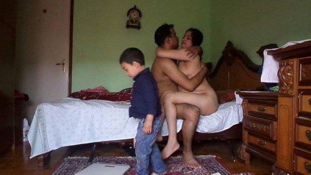 मां बाप के सामने बेटी करवाती है अपनी चुदाई देह व्यापार