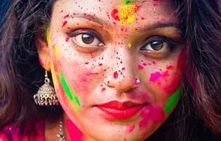 sexy indian girl playing Holi सेक्सी इंडियन माल लड़की होली खेलते हुए फोटो आप की पिचकारी चल जायगी (2)