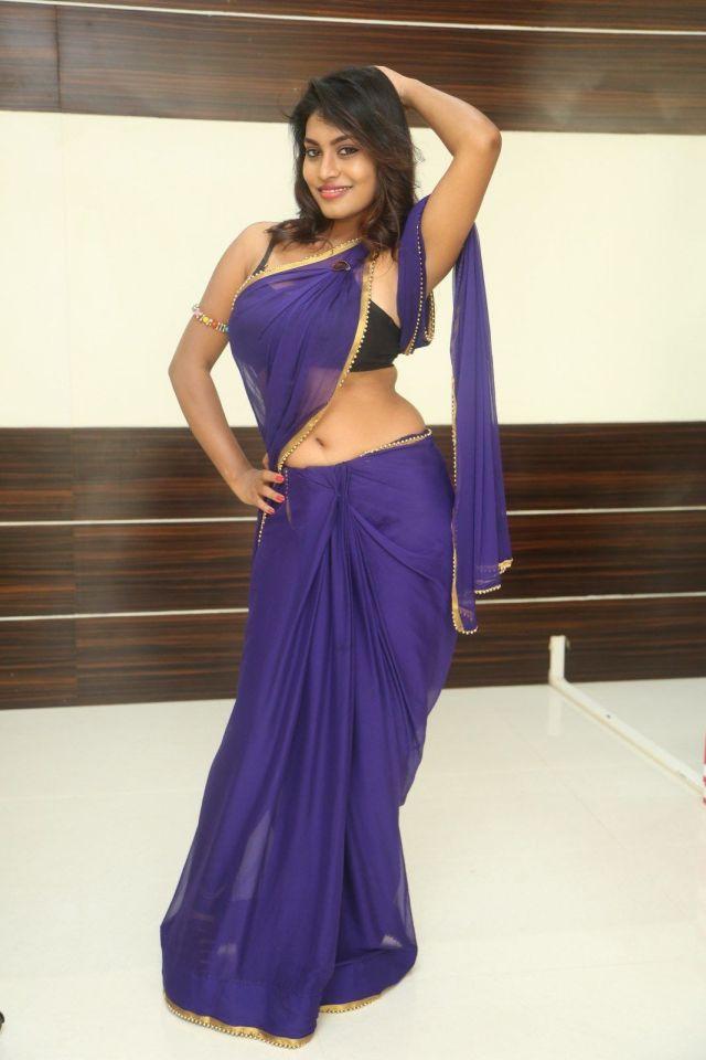 नीली-कोटन-साड़ी-और-बिना-आस्तीन-के-ब्लाउज-में-सुंदर-भारतीय-लड़कियां-हॉट-HD-फोटो-3