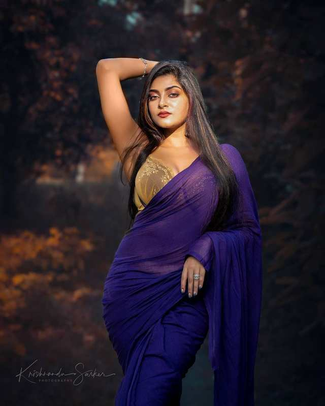 Very-Beautiful-Indian-Girls-in-Blue-Saree-and-Sleeveless-Blouse-Hot-HD-Pictures-2