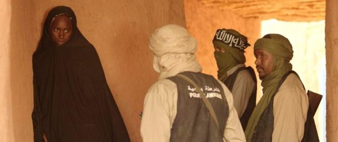 timbuktu-2014-004-girl-with-jihadists-inside-hut