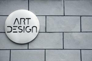 Meningkatkan penjualan dengan memiliki logo bagus? (Photo by Yizheng Duanmu on Unsplash)