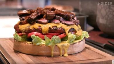 Apakah kamu rela mengeluarkan uang ratusan juta untuk satu burger ini? (Foto via YouTube Food Insider)