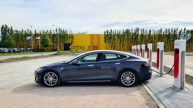 Mobil listrik sudah banyak digunakan di Indonesia (Foto via Twitter @Tesla)