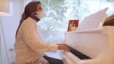 Prof Adi Utarini bermain piano langsung dalam acara konser amal tersebut (Foto via YouTube Channel live musik jogja)