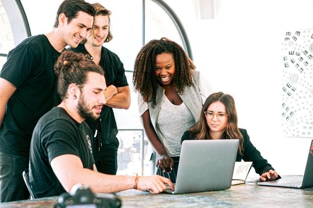 Pentingnya optimasi untuk bisnis digital seperti software house (Photo by Canva Studio from Pexels)