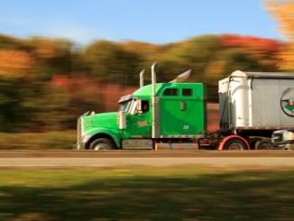 Trailer surcando las carreteras que cada vez requieren más conductores
