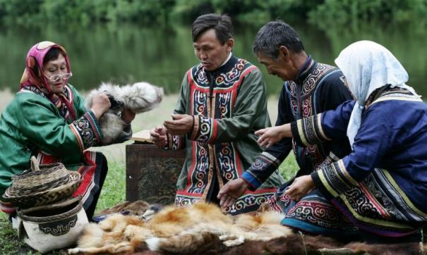 Коренные народы по-прежнему живут на земле своих предков, занимаясь охотой и рыбалкой