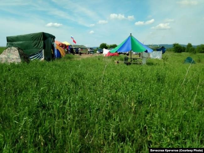 Палаточный лагерь протестующих против строительства углепогрузочной станции под Черемзой в Кемеровской области