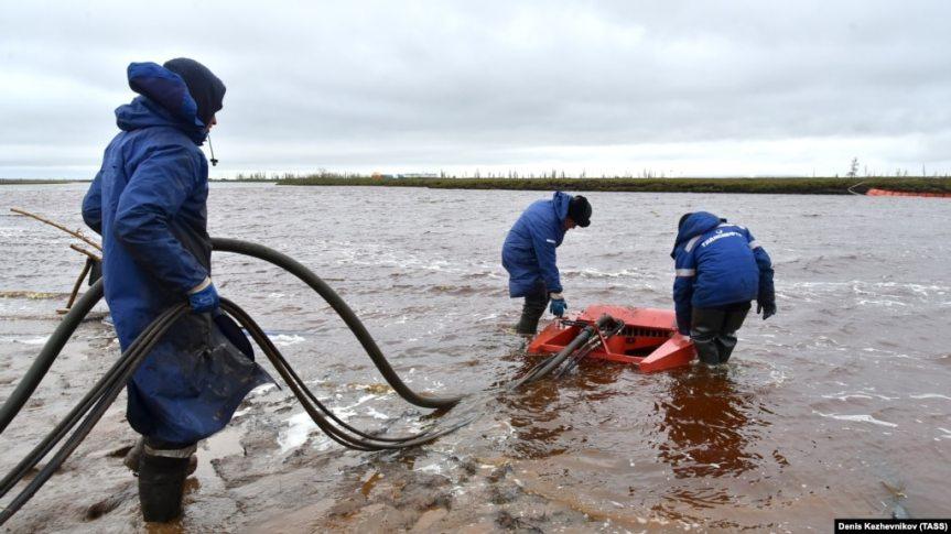 Очистка реки после разлива топлива в Норильске в мае 2020 года (архивное фото)