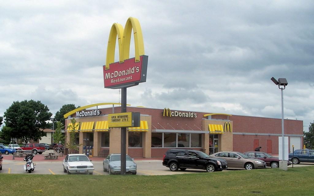 """Zelfs terwijl ze """"gezondere"""" menu-items beloofde, heeft McDonald's feitelijk zout, suiker en calorieën vergroot"""