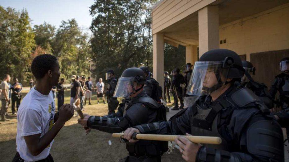 De politie in Amerika heeft in de laatste 4 jaar 12,8 keer meer burgers dan massaschutters vermoord
