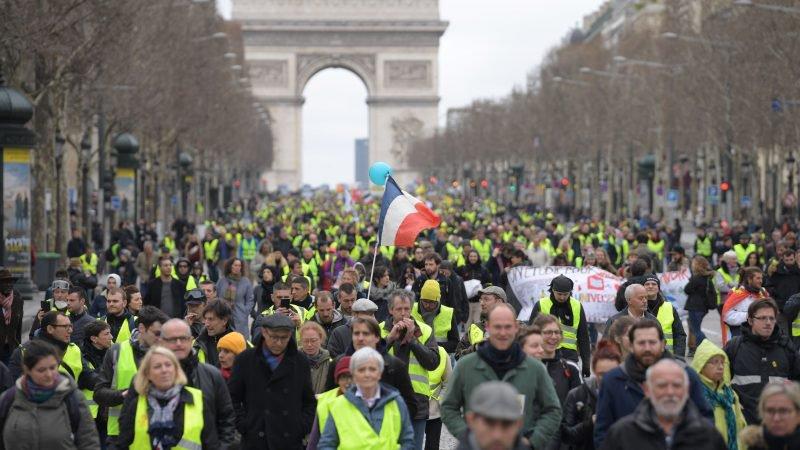 """Traangas in Frankrijk: 7.500 politieagenten op missie in """"Yellow West"""" -protesten in Parijs"""