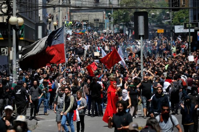 Chili in vlammen: het neoliberale model in crisis in de hele regio