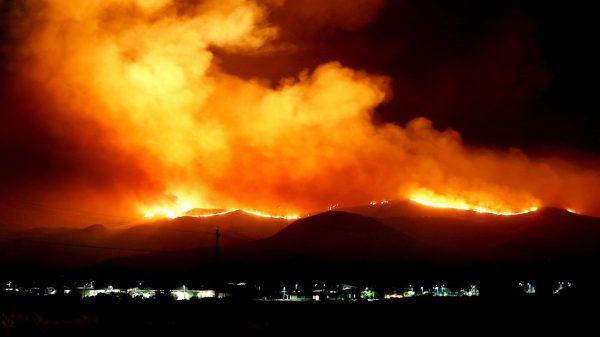 """Californië ziet 72 uur van de hel onder ogen terwijl """"Devil Winds"""" de huidige bosbranden veranderen in niet te stoppen hel"""