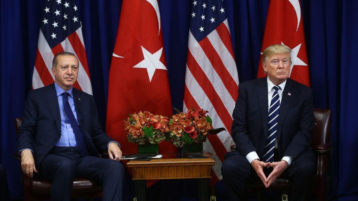 """President Trump dreigt """"Turkse economie te vernietigen"""" bij inval Noord-Syrië: """"Hij krabbelt beetje terug"""""""