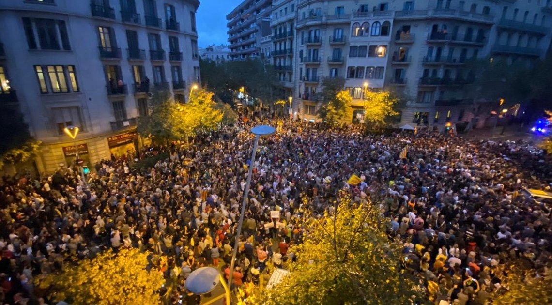 De bevolking van Barcelona gooien massaal hun vuilniszakken op straat